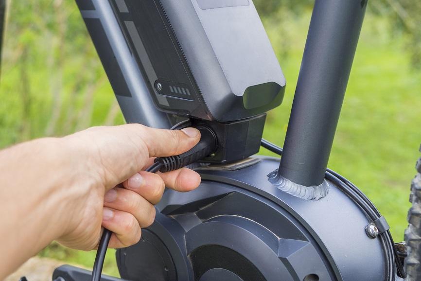 Hvor mange kilometer holder et cykelbatteri på en elektrisk cykel?